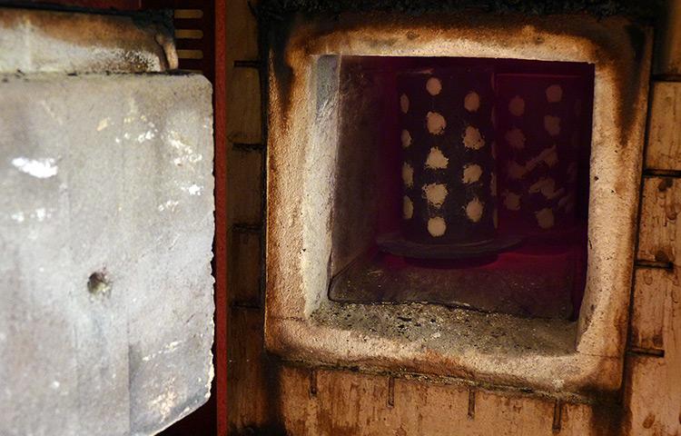Rozžhavené kyvety v peci jsou vystaveny velkým teplotám.