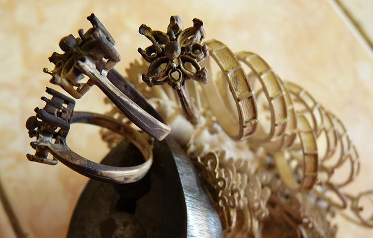 Detail odlitého stromečku ze stříbra či zlata při oddělování jednotlivých odlitků.